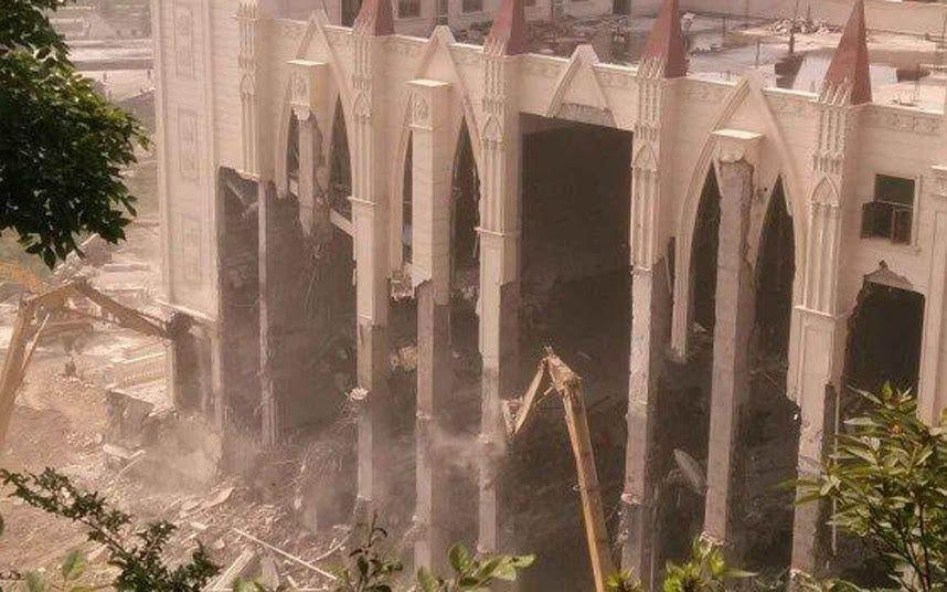 Sanjiang kirken med plads til 3.000 blev revet ned på 16½ time. Siden er et halvt hundrede kirker blevet nedrevet og over 1000 kors fjernet de seneste to år i storbyen Wenzhou. Billede fra sociale medier, publiceret i bloggen InBeijing.